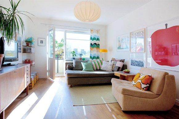 Vardagsrummet är inrett med mycket färg och självförtroende