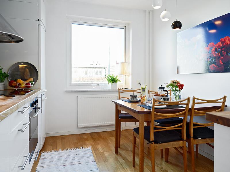 vita köksstolar : köket finns en ljus och trevlig matplats med fina ...